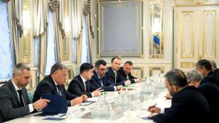 El presidente Volodímir Zelenski sostiene conversaciones con el ministro de Carreteras y Desarrollo Urbano de Irán, Mohammad Eslami en Kiev, Ucrania, el 20 de enero de 2020.