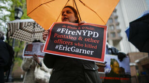 Des personnes protestent à l'extérieur du siège de la police pendant l'audition disciplinaire du policier Daniel Pantaleo, à New York, le 13mai2019.