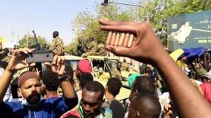 متظاهرون خلال اعتصام أمام قيادة الجيش بالخرطوم 8 أبريل/نيسان 2019.