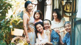 ملصق فيلم مسألة عائلية (سارقي المتاجر) – هريكازو كوري إيدا – اليابان