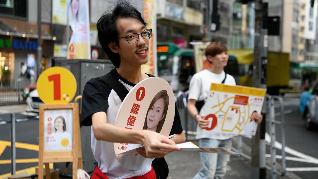 Algunas personas hacen campaña para Susi Law, candidats en las elecciones del Consejo de Distrito de Hong Kong, China, el 23 de noviembre de 2019.