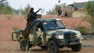 Des militaires maliens patrouillent avec des soldats français dans le cadre de l'opération Barkhane le 10 mars 2016.