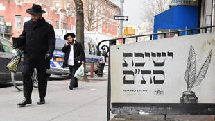 (FILES) In this file photo Orthodox Jewish men walk in the Brooklyn neighborhood of Crown Heights on February 27, 2019 in New York. The United States saw a record number of anti-Semitic incidents last year, including a sharp spike in physical attacks, the Anti-Defamation League said