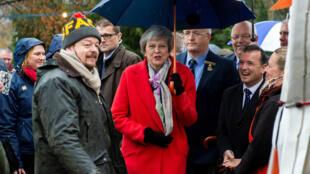 La primera ministra británica, Theresa May, y el ministro para Gales, Alun Cairns, visitan el recinto Royal Welsh de la Feria de Invierno, en Builth Wells, el 27 de noviembre de 2018.