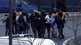 Des membres des forces de police évacuent les otages après l'assaut du supermarché casher à Paris.