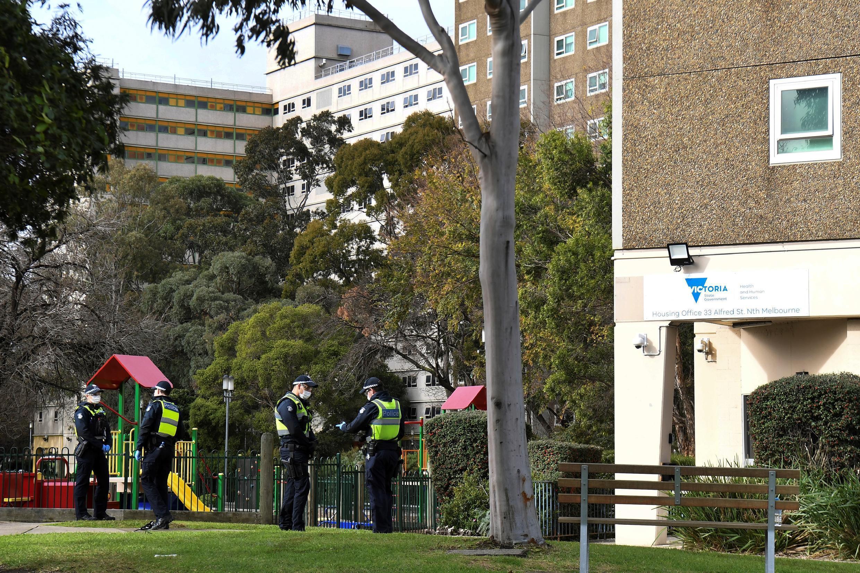 La Policía frente a un edificio confinado en Melbourne, Australia, el 6 de julio de 2020.
