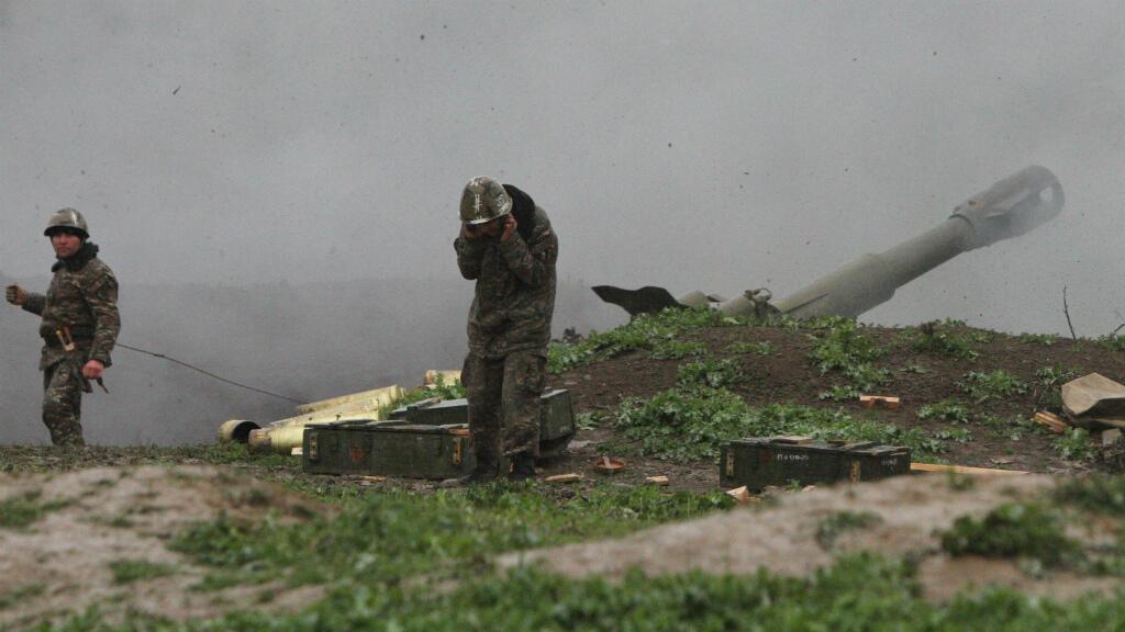 جنود جيش ناغورنو قره باغ يطلقون قذيفة على الجيش الأذربيجاني. مارتاكيرت في  الأحد 3 أبريل/نيسان 2016.