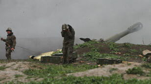 Des soldats de l'armée du Haut-Karabakh, dimanche 3 avril 2016 à Martakert, tirent un obus sur l'armée azerbaïdjanaise.