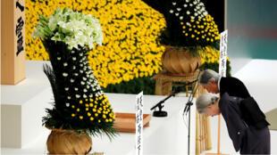 El emperador japonés Akihito y la emperatriz Michiko se inclinan ante un altar durante un momento de silencio ante los muertos en una ceremonia conmemorativa del 73 aniversario de la rendición de Japón en la Segunda Guerra Mundial, en Budokan Hall en Tokio, Japón, el 15 de agosto de 2018.