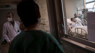 El personal clínico del Hospital Militar revisa las notas en la puerta de la habitación de un paciente con Covid-19 en Santiago, Chile, el 2 de junio de 2020.