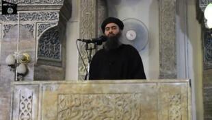 Photo d'archive, extraite d'une vidéo de propagande de l'EI, montrant Baghdadi proclamant l'avènement du califat dans un mosquée de Mossoul, en juillet 2014.
