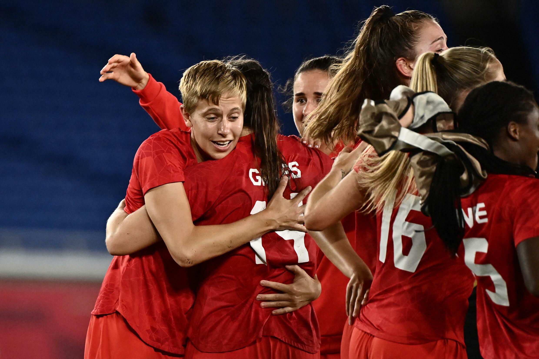 Quinn célèbre avec ses coéquipières la victoire du Canada en finale du tournoi de football, le 6 août 2021, face à la Suède.