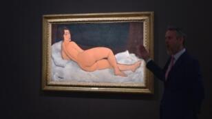 """لوحة """"امرأة عارية نائمة"""" للرسام الإيطالي أميديو موديلياني."""