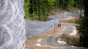 Des forces de l'ordre patrouillent le long de la frontière entre la Bulgarie et la Turquie, près de la ville de Malko Tarnovo, le 22 mai 2016.