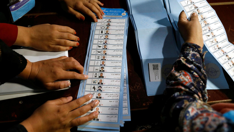Los trabajadores de la Comisión Electoral Independiente cuentan las papeletas de las elecciones presidenciales en Kabul, Afganistán, el 28 de septiembre de 2019.