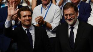Le nouveau président du Parti populaire espagnol, Pablo Casado, avec son prédecesseur Mariano Rajoy à Madrid, le 21 juillet 2018.