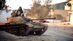 Un tank avec un drapeau jihadiste lors d'une bataille à Benghazi, photo issue d'une vidéo de propagande d'Ansar al-Charia.