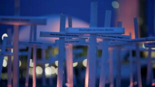 Activistas de Greenpeace plantan cruces en memoria de las personas asesinadas durante conflictos en el Amazonas frente al Congreso Nacional en Brasilia, Brasil, 21 de noviembre de 2017