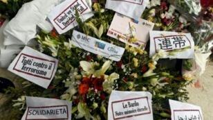 © اف ب/ارشيف | زهور ورسائل تعزية وتضامن امام متحف باردو في تونس في 24 آذار/مارس 2015