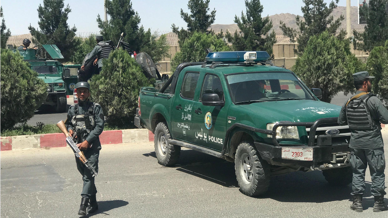Policías afganos hacen guardia en medio de un ataque y un tiroteo en Kabul, Afganistán, el 30 de mayo de 2018.