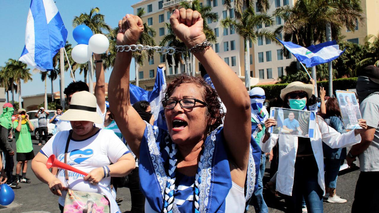 Una manifestante contra el gobierno grita consignas a la policía antidisturbios durante una protesta contra Daniel Ortega en Managua, Nicaragua, el 30 de marzo de 2019.