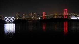 Los aros olímpicos, iluminados en Tokio el 2 de junio de 2020