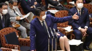 Le Premier ministre japonais lors d'une séance parlementaire à Tokyo, le 29 avril 2020.