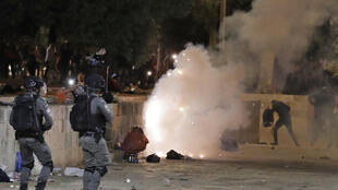 صدامات بين الشرطة الاسرائيلية وفلسطينيين في باحة المسجد الأقصى في القدس الشرقية المحتلة في 07 أيار/مايو 2021