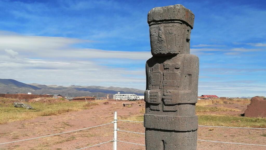Vista del monolito Ponce del complejo arqueológico de Tiwanaku. La escultura tiene en sus manos un vaso ceremonial y una tableta de rapé invertidad, usada para preparar sustancias psicotrópicas.