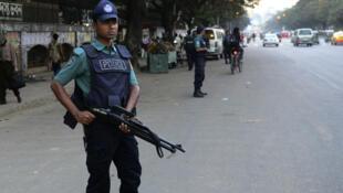 La police bangladeshi montant la garde à Dacca le 22 novembre 2015.