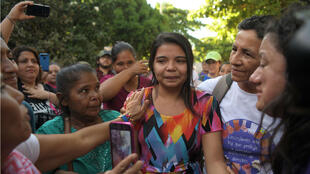 Imelda Cortez entourée de sa famille et de ses soutiens, à la sortie du tribunal d'Usulutan, le 17 décembre 2018.