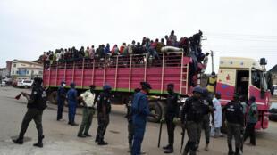 شاحنة تنقل مربي ماشية قادمة من شمال نيجيريا قبل دخولها إلى لاغوس في 04 أيار/مايو 2020