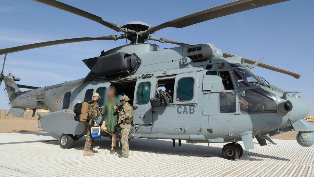 Sjaak Rijke descend d'un hélicoptère de l'armée française, le 6 avril au Mali