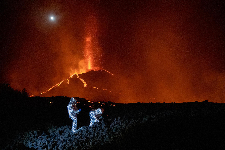 Soldados de la Unidad Militar de Emergencias (UME) analizan la evolución de un nuevo flujo de lava del volcán de Cumbre Vieja, el 16 de octubre de 2021 en la isla española de La Palma, en el archipiélago de las Canarias