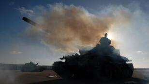 Des membres de l'Armée nationale libyenne s'apprêtent à renforcer les troupes avançant sur Tripoli, le 13avril2019.