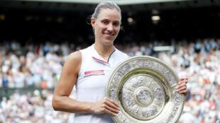 La alemana Angelique Kerber levanta el trofeo después de derrotar a Serena Williams en la final individual femenina de Winbledon, en Londres, Gran Bretaña, el 14 de julio de 2018.