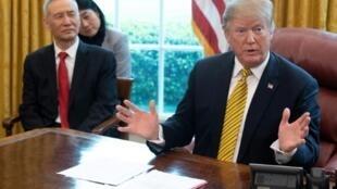Le président américain Donald Trump et le Vice-Premier ministre chinois Liu He (g) dans le Bureau Ovale, le 4 avril 2019 à la Maison Blanche, à Washington