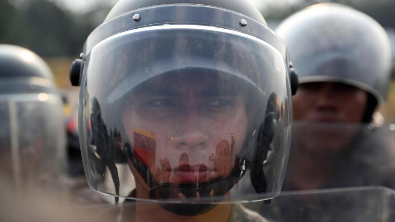 Manifestantes se reúnen en el puente internacional Simón Bolívar, en Cúcuta, Colombia, después de que el gobierno del presidente Nicolás Maduro ordenara el cierre temporal de la frontera con Colombia el 23 de febrero de 2019.