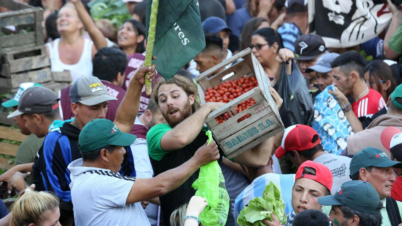 Miembros de la Unión de Trabajadores de la Tierra participan en un evento masivo de entrega de toneladas de hortalizas en la Plaza de Mayo, en Buenos Aires, el 27 de febrero de 2019.