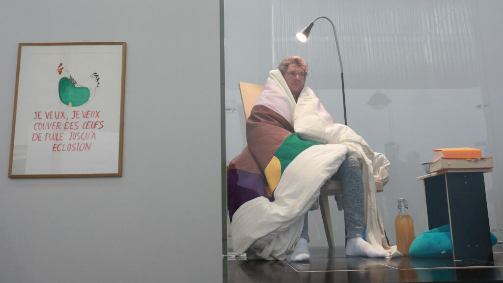 """Abraham Poincheval s'est installé dans cette """"couveuse"""" de verre, au Palais de Tokyo à Paris, le 29mars2017."""