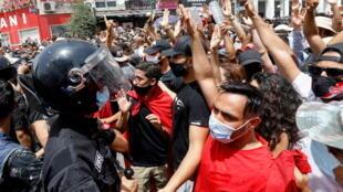 2021-07-25T114042Z_1951699455_RC2NRO9ENSY6_RTRMADP_3_TUNISIA-PROTESTS