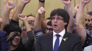 Dans une allocution le 28 octobre, l'ancien président de Catalogne, Carles Puidgemont, a demandé aux Catalans de continuer de s'opposer de manière pacifique à l'autorité de Madrid.