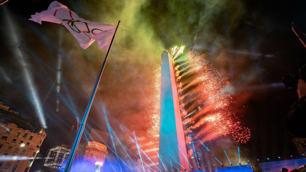 Los fuegos artificiales salen del Obelisco para celebrar la apertura de los Juegos Olímpicos de la Juventud con la bandera olímpica en primer plano durante la ceremonia de apertura en Buenos Aires, Argentina, el sábado 6 de octubre de 2018.