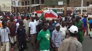 Un cortège de burundais porte le cercueil de Zedi Feruzi, opposant assassiné samedi 23 mai.