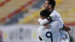 Los argentinos Joaquín Correa y Lionel Messi celebran el segundo gol de la Albiceleste en su triunfo 2-1 ante Bolivia por la clasificatoria sudamericana a Catar-2022 en La Paz, el 13 de octubre de 2020
