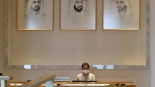 Una empleada con mascarilla en un hotel de Dubái el 20 de mayo de 2020