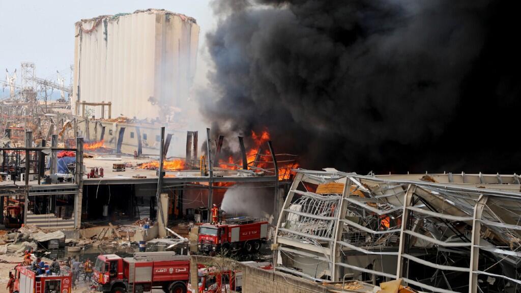 En la imagen aparece una dotación de bomberos desplazada al lugar del incendio para intentar sofocarlo. En Beirut, Líbano, el 10 de septiembre de 2020.