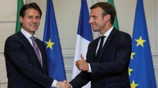 El presidente francés, Emmanuel Macron (derecha) aclaró las diferencias en cuanto a temas migratorios con el primer ministro italiano, Giuseppe Conte. Junio 15 de 2018.