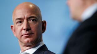 (Imagen de archivo) El CEO de Amazon, Jeff Bezos, habla durante una conferencia a los asistentes a 'Access Intelligence SATELLITE 2017' en Washington D. C., EE. UU., el 7 de marzo de 2017.