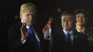 Donald Trump à son arrivée à Singapour, acceuilli par le ministre des Affaires étrangères Vivian Balakrishnan, le 10 juin 2018.